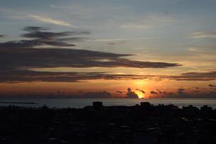 オレンジ色の夕日と都会のシルエットの写真素材 [FYI02982913]
