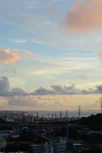 夕暮れ時の送電鉄塔のある都会の写真素材 [FYI02982915]