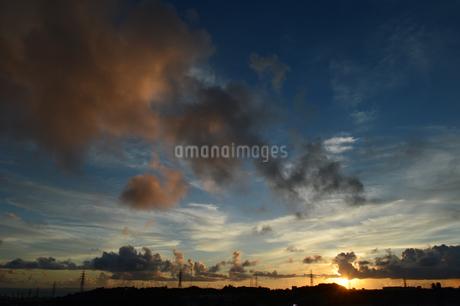オレンジ色の夕焼け雲と都会のシルエットの写真素材 [FYI02982916]