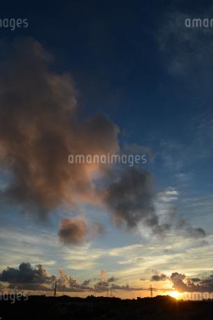 オレンジ色の夕焼け雲と都会のシルエットの写真素材 [FYI02982917]