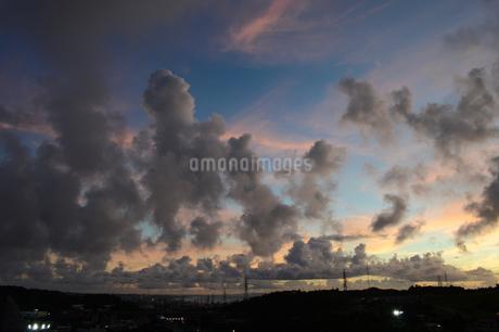 オレンジ色の夕焼け雲と都会のシルエットの写真素材 [FYI02982918]