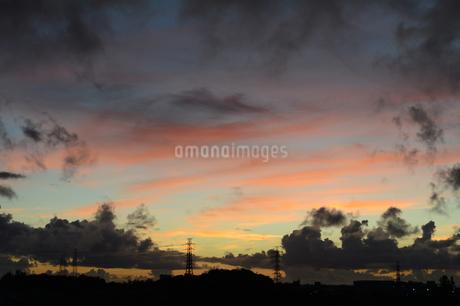 オレンジ色の夕焼け雲と都会のシルエットの写真素材 [FYI02982919]