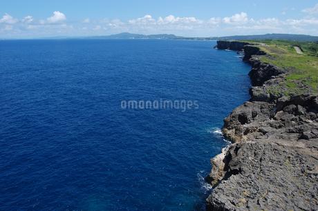 岸壁の海岸線が続く青い海の写真素材 [FYI02982924]