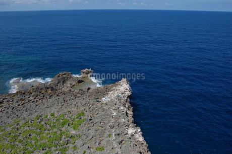 青い海の岸壁で釣りをしているの写真素材 [FYI02982927]