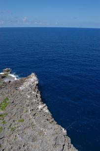 青い海の岸壁で釣りをしているの写真素材 [FYI02982928]