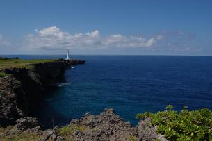 青い海と岬の灯台の写真素材 [FYI02982931]