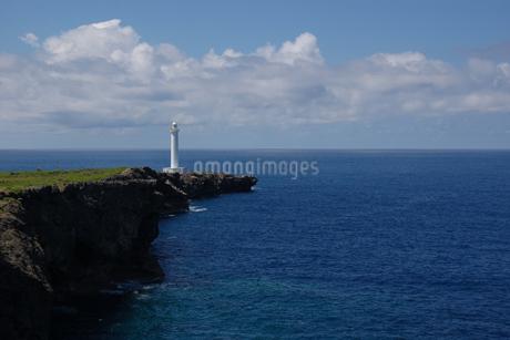 青い海と岬の灯台の写真素材 [FYI02982932]