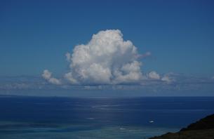南国沖縄の綺麗な海と入道雲の写真素材 [FYI02982941]