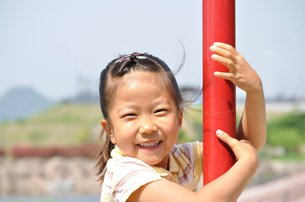 公園の遊具で遊ぶ女の子の写真素材 [FYI02983068]