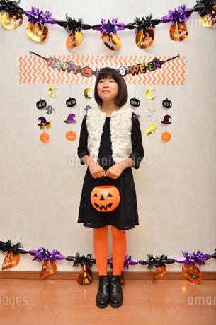ハロウィンパーティーを楽しむ女の子の写真素材 [FYI02983089]