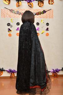 ハロウィンパーティーを楽しむ女の子(後姿)の写真素材 [FYI02983114]