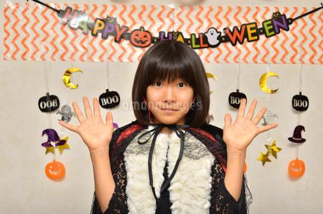 ハロウィンパーティーを楽しむ女の子の写真素材 [FYI02983119]