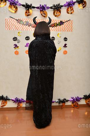 ハロウィンパーティーを楽しむ女の子(後姿)の写真素材 [FYI02983122]
