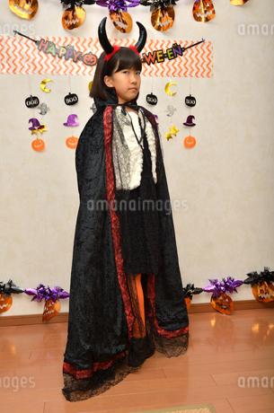 ハロウィンパーティーを楽しむ女の子の写真素材 [FYI02983126]