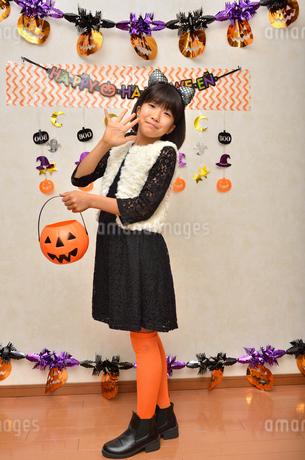 ハロウィンパーティーを楽しむ女の子の写真素材 [FYI02983138]
