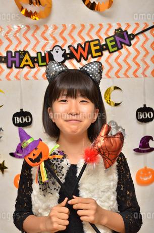 ハロウィンパーティーを楽しむ女の子の写真素材 [FYI02983139]