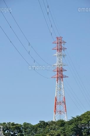 紅白の鉄塔の写真素材 [FYI02983196]