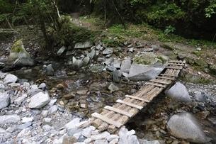 東海自然歩道 渓流の橋の写真素材 [FYI02983218]