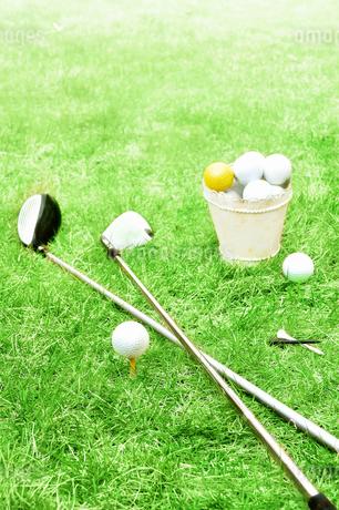 芝生の上のゴルフボールとゴルフクラブの写真素材 [FYI02983243]