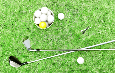 芝生の上のゴルフボールとゴルフクラブの写真素材 [FYI02983249]