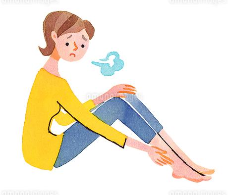 足をさする女性のイラスト素材 [FYI02983341]