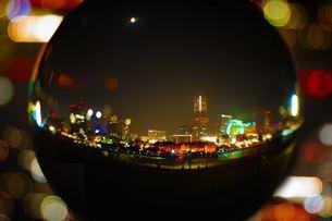水晶越しの横浜夜景の写真素材 [FYI02983407]