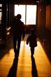 夕焼けに照らされる親子の写真素材 [FYI02983432]
