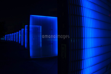 無機質な青い壁のイメージの写真素材 [FYI02983442]