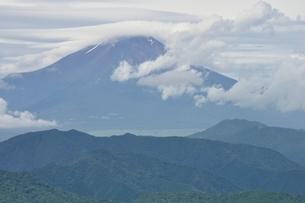 雲間の富士山の写真素材 [FYI02983503]