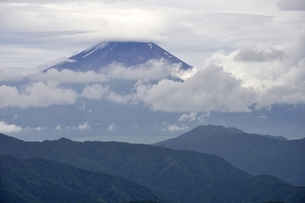 雲間の富士山の写真素材 [FYI02983548]