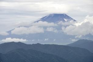 雲間の富士山の写真素材 [FYI02983549]