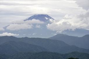 雲間の富士山の写真素材 [FYI02983551]