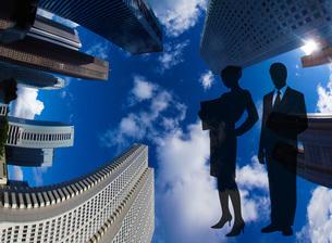 新宿のビル群とビジネスマンのシルエットの写真素材 [FYI02983553]