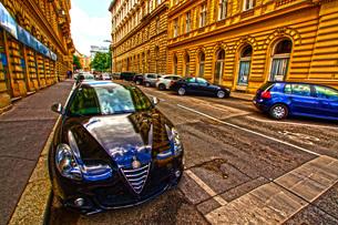 オーストリア・ウィーンの街並みと自動車の写真素材 [FYI02983571]