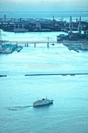横浜港を進む船の写真素材 [FYI02983581]