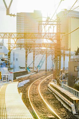 夕暮れと線路のイメージの写真素材 [FYI02983617]