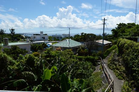 南国沖縄の古民家へ続く階段と坂道の写真素材 [FYI02983690]