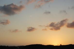 オレンジ色の夕焼け空と電柱のシルエットの写真素材 [FYI02983764]