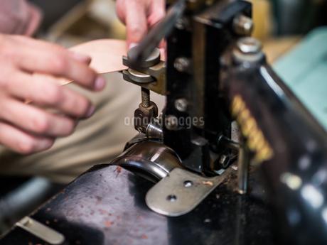 写真素材: 革職人の革加工の写真素材 [FYI02983852]