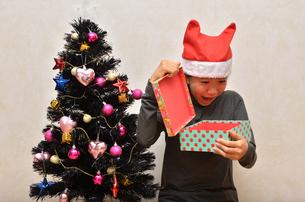 クリスマスプレゼントを開ける女の子の写真素材 [FYI02983972]
