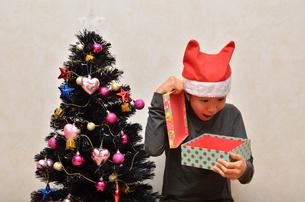 クリスマスプレゼントを開ける女の子の写真素材 [FYI02983973]