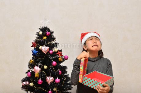 クリスマスプレゼントを開ける女の子の写真素材 [FYI02983974]