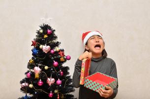 クリスマスプレゼントを開ける女の子の写真素材 [FYI02983975]
