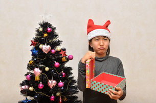 クリスマスプレゼントを開ける女の子の写真素材 [FYI02983976]