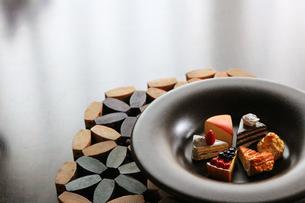お皿に並んだ色々な種類のケーキの模造品の写真素材 [FYI02983997]