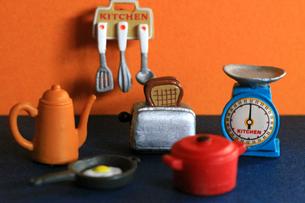 カラフルなキッチンに並んだ調理器具のおもちゃの写真素材 [FYI02983998]