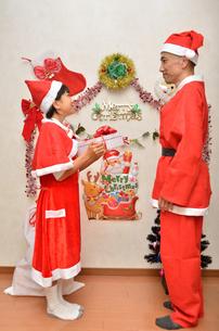 クリスマスパーティーを楽しむ親子の写真素材 [FYI02984014]