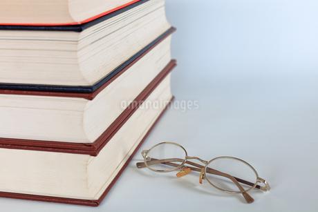 分厚い本の写真素材 [FYI02984032]