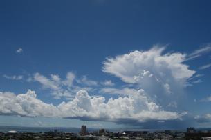 海沿いの街と青空に入道雲の写真素材 [FYI02984064]
