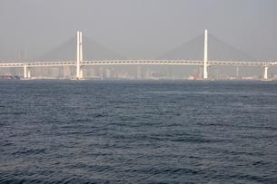 横浜港の横浜ベイブリッジの写真素材 [FYI02984092]